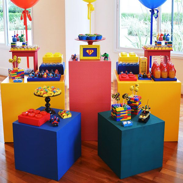 O Pedro e a Rafa ganharam uma festa muito colorida com o tema Lego! AInvento Festa, que cuidou da decoração, escolheu referênciasde super-heróis para ele