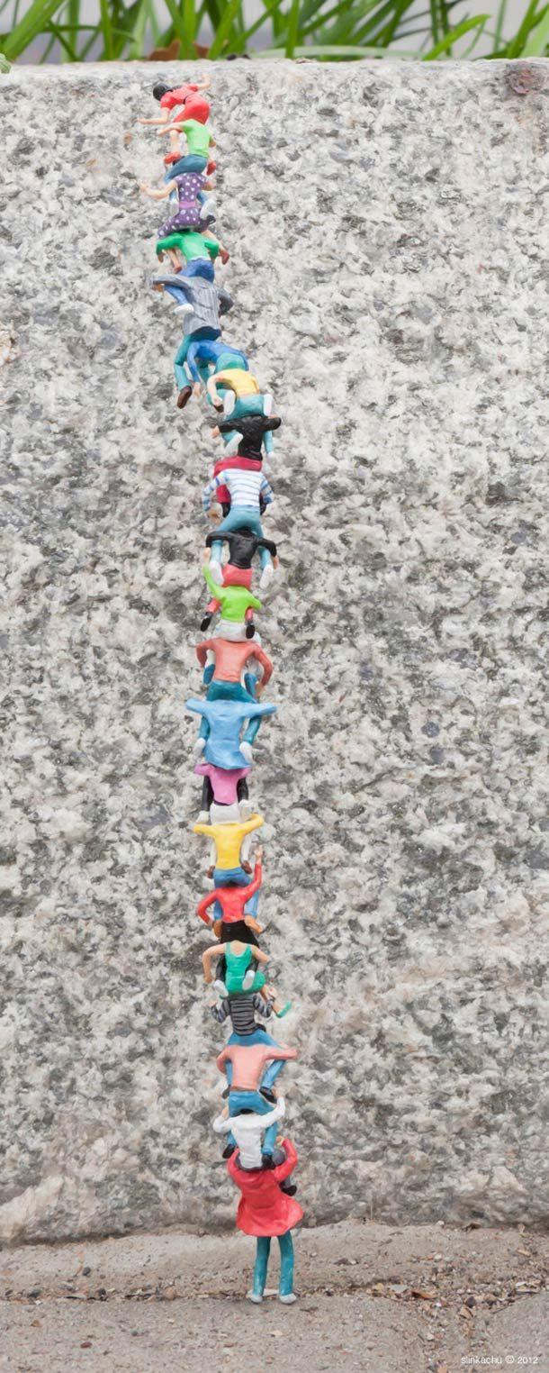 Une nouvelle sélection des créations de street art miniature de l'artisteSlinkachu, dont nous avions déjà parlé avec Slow Street Art, Little Peopleet L