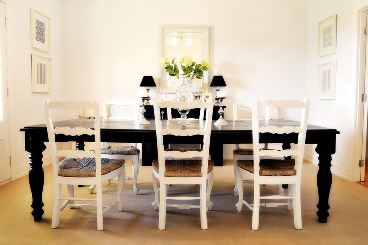 Love the white chairs with the black table.