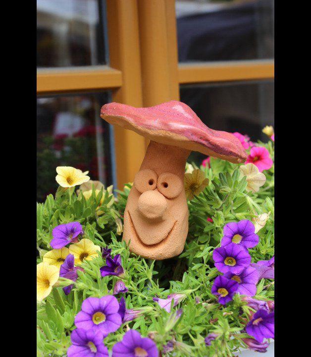 http://fr.dawanda.com/product/102040219-gartenstecker-lustiger-pilz-keramik-handarbeit