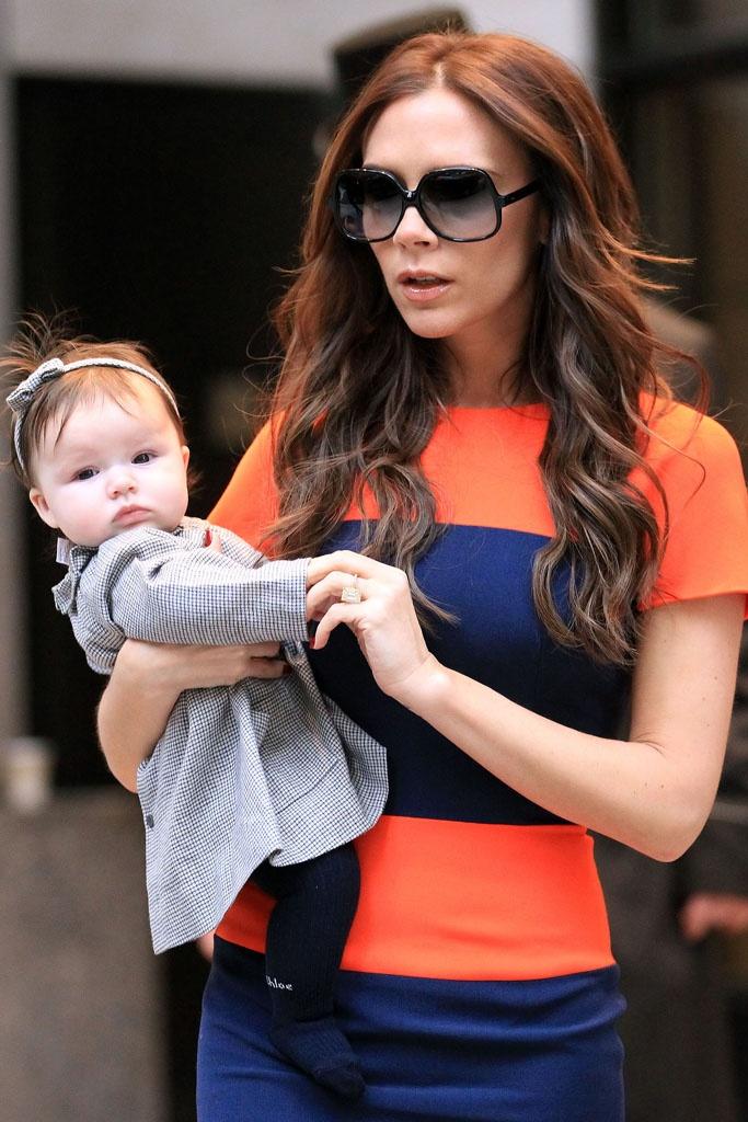 El estilo de Harper Beckham. Harper, con diadema y vestido de Bonpoint y medias, de Chloé.