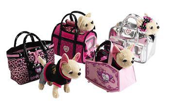 Den bagerst med prikket tøj, i den lyserøde taske med hvidt hjerte. 200,- i Bilka. Chi Chi Paris II