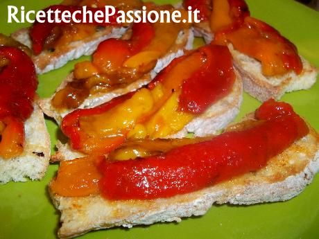 Oggi pranzo leggero, cominciamo dall'antipasto, sfizioso ma leggero, con i peperoni arrostiti