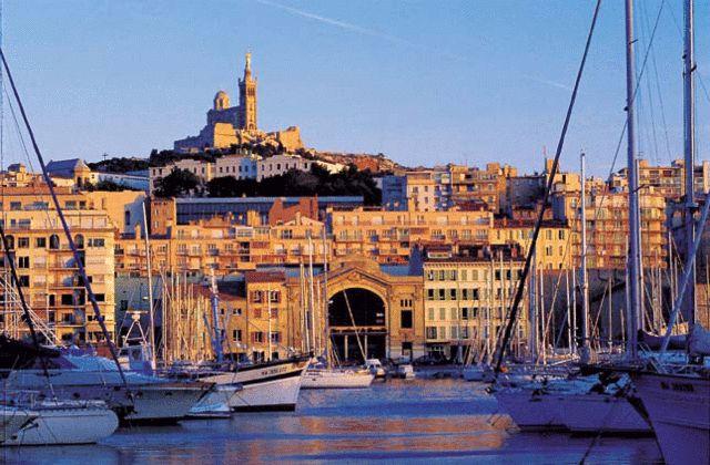 Coucher de soleil sur le Vieux Port de Marseille. #croisière #croisierenet.com #voyage #France #Marseille #croisièreméditerrannée