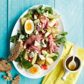 Maaltijdsalade met rosbief en avocado - Deze salade met rosbief wordt nóg lekkerder met vers, knapperig stokbrood. #salade #zomer #recept #JumboSupermarkten