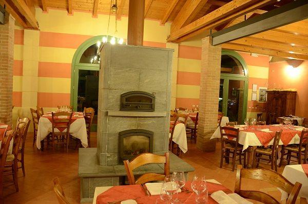 Un stufa al centro della sala riscalda l'atmosfera all'Agriturismo Colle San Felice. Verona, Italy