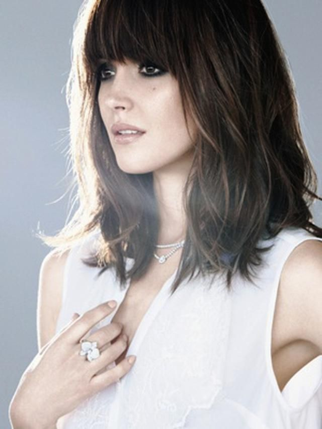 Check out actress Rose Byrne's amazing blunt bangs that she pairs with shoulder-length hair for a photo shoot. Absolutely gorgeous.
