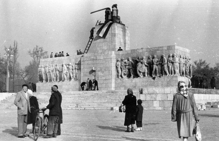 Ötvenhatosok tere (Felvonulási tér), a ledöntött Sztálin-szobor maradványa a talapzatán.