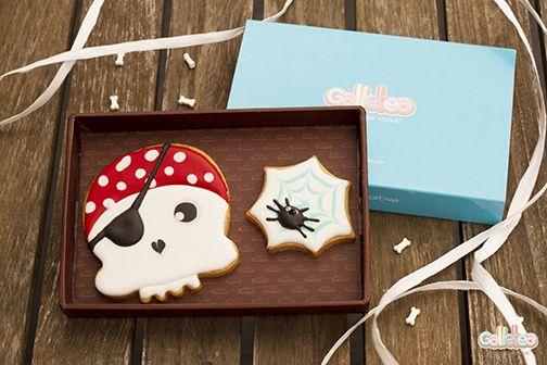 Calavera y tela de araña decoradas con glasa artesanalmente. Diseño de Galletea.  http://www.galletea.com/galletas-decoradas/