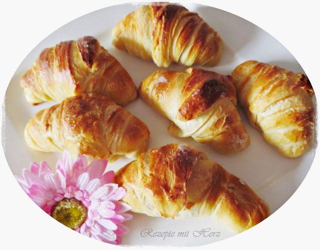 Frisch gebackene Croissants zum Frühstück sind fast ein Muss.  Mit selbstgemachter Marmelade ein Gedicht.     Ihr benötigt: ♡ 500g  Mehl Typ...