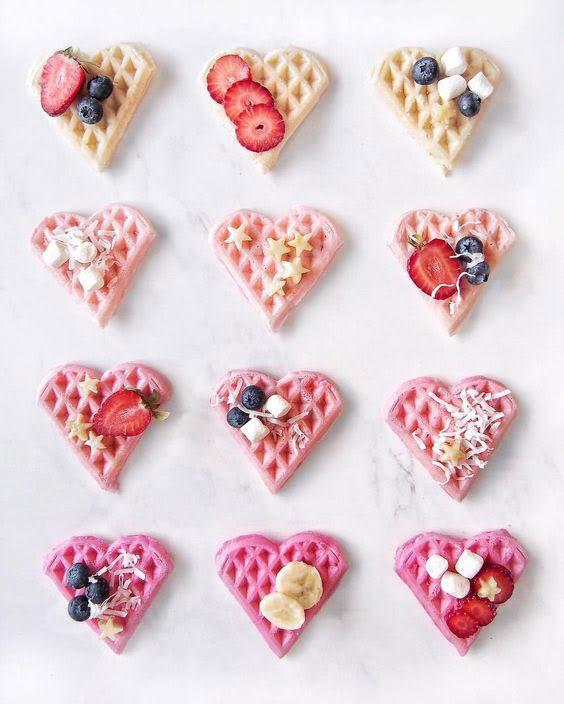 Hjärtformade rosa våfflor