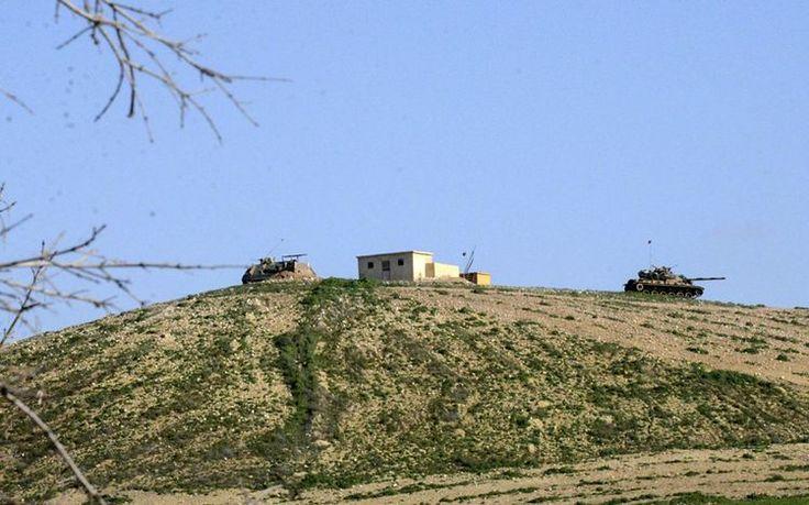 Le nouveau site du mausolée de Souleyman Shah vu du côté turc de la frontière, dimanche 22. (Photo Ilyas Akengin. AFP)