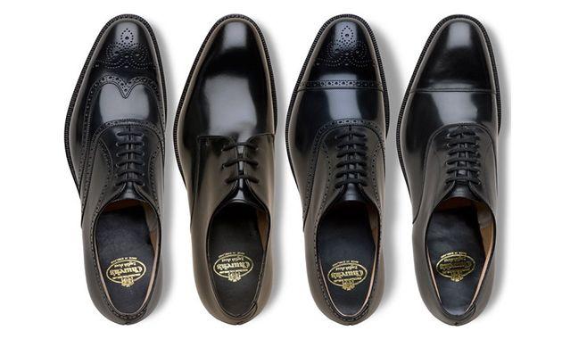 """ビジネススーツを着慣れている男性も、意外と悩むのが""""結婚式にゲスト参加する際に履く革靴""""ではないでしょうか?今回は、いざ結婚式に呼ばれたときに困らないように基礎知識とともに、OK/NGラインの線引きについて紹介していきます!IMAGE VIAi.dmarge 外羽根式と内羽根式の違いを理解しよう 革靴は「外羽根式」と「内羽根式」に分類されます。下の画像はストレートチップですが、左が外羽根式、右が内羽根式です。一般的に外羽根式はカジュアル、内羽根式はフォーマルとされています。 pinstripepulpit ちなみに、外羽根式の起源はワーテルローの戦いにおいて開発された戦闘用ブーツ、内羽根式の起源はヴィクトリア女王の夫アルバート公が好んで履いたミドルブーツにあると言われています。 フォーマル度が高い順にストレートチップ→パンチドキャップトゥ→プレーントゥ→ウィングチップ 外羽根/内羽根という要素を除くと、ストレートチップ→パンチドキャップトゥ→プレーントゥ→ウィングチップの順にフォーマルからビジネス寄りに並びます。 フォーマルな場には、革..."""