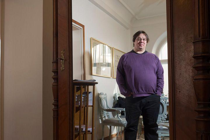 Ukrainan kriisi sai käsikirjoittaja-ohjaaja Juha Jokelan kirjoittamaan Sumun, jossa nauretaan Suomen Venäjä-suhteelle.