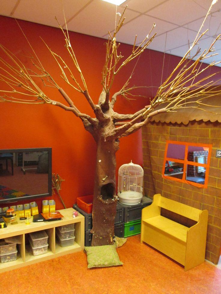 Een kale boom die je leuk kan versieren per dag thema gebeurtenis kleuteronderwijs pinterest - Versieren van een muur in ...
