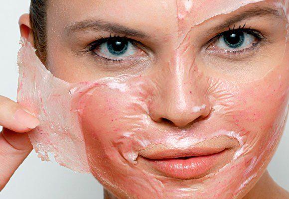 Quando o assunto é cuidado da pele, sempre é preferível usar máscaras caseiras do que produtos comprados na farmácia. Isso se deve aos ingredientes naturais, que estão bem acessíveis e fáceis
