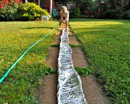 Bau einen Fluss aus Alufolie im Garten.