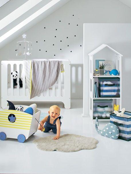 Formschön und funktional: Kinderregal in Hausform. Das Hausregal bietet viel Platz für Deko, Spielzeug, Babyartikel und für hübsche Aufbewahrungsboxen, in denen Krimskrams ordentlich verstaut werden kann. Dabei wirken die ausgesägten quadratischen Öffnungen an den Seiten wie kleine Fenster. Produktdetails:Wandregal: MDF, lackiert. 3 Fächer. 117,5 x 46 x 40 cm (H x B x T).Selbstmontage. Lieferung ohne Spielzeug oder Deko. Sicherheitshinweis: Bitte zur Sicherheit Ihres Kindes kippsicher an…
