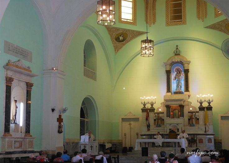 Altar de la Iglesia María Auxiliadora, donde se puede ver la imagen de la Virgen