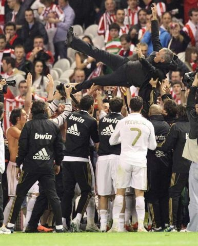 Mourinho and Real Madrid players celebrating the 32 title !