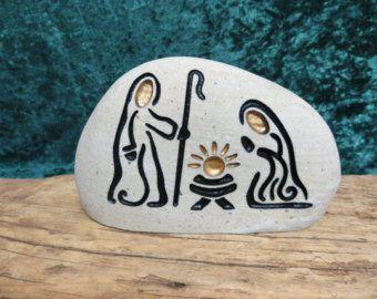 Una arena piedra grabada, única, natural conjunto Natividad para comenzar o añadir a su colección.  Celebrar cada Navidad, alegremente con este conjunto de sagrada familia.    Este listado está para ~ 1 ~ grabado de piedra natural, sistema de la Natividad. (colores y formas pueden variar)  El conjunto incluye 3 ~ ~ piedras glaciar:  ---Niño Jesús  ---Joseph  ---Mary    Estas piedras de río hale del Valle del río Snake en las montañas rocosas de Idaho. Cada piedra mide aprox. 4 de altura. El…