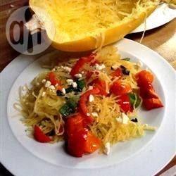 Foto recept: Gebakken spaghettipompoen met feta. Lekker met gemalen comté