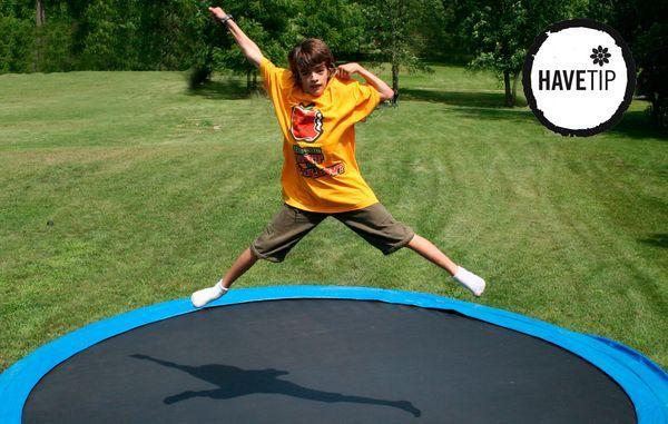 En nedgravet trampolin er mere sikker og pænere i haven. Få gode råd om, hvor trampolinen skal placeres, hvordan du graver den ned, og hvor du gør af jorden.