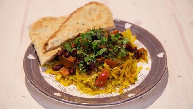 n en fruit de knoflook, kurkuma, komijnpoeder      en de currypasta circa 2 minuten.Halveer      de witte kool, verwijder de kern en snijd de witte kool...