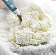 Aquí tienes una receta fácil para preparar requesón casero fresco y natural, con todo el sabor, para tus mejores postres, o para servir sencillamente con un poco de miel y unos frutos secos.