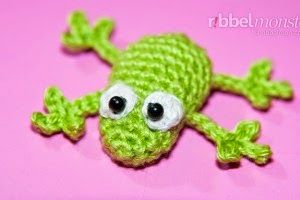 2000 Free Amigurumi Patterns: Little frog crochet pattern