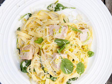 Löjligt enkel pastarätt där laxen puttrar ihop sig med spenat, grädde och citron. Låt gästerna vänta på pastan och få den rykande al dente!