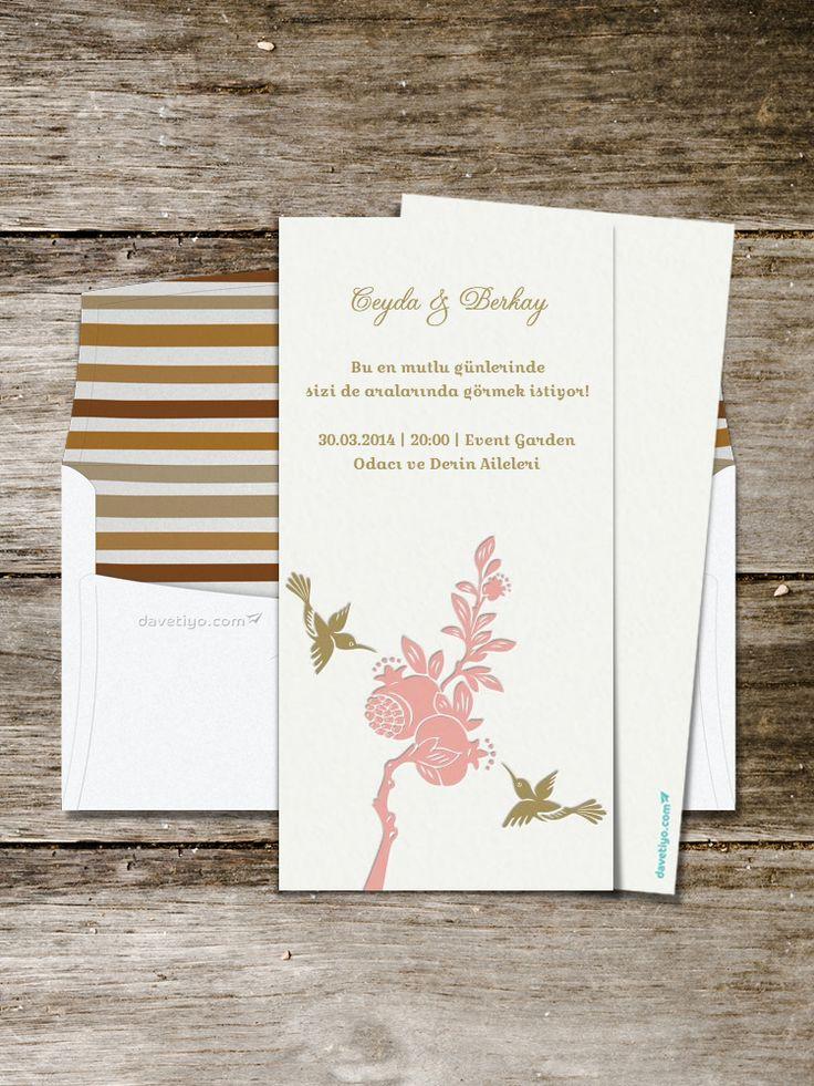 Pudra ve mat yaldız renklerin kullanıldığı klasik formlu bu davetiyede kullanılan nar figürleri hem size hem davetlilerinize şans getirecek. 700 gram % 100 pamuklu kağıda uygulanan gömme baskı (letterpress) tekniğiyle üretilen benzersiz bir davetiye.