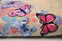 Скоро зима... А у нас на Ярмарке запорхали бабочки. У меня в эту тему нашелся мастер-класс. Он не новый, был опубликован в моей книге «Украшаем валенки» (может быть, уже кто-то видел). Но, надеюсь, кому-нибудь он пригодится сам или в качестве идеи. Итак, вам понадобится: готовые вышитые аппликации в виде бабочек (у меня в работе небольшие подростковые валенки, аппликаций ушло по 7 шт на каждый, итого 14 шт.