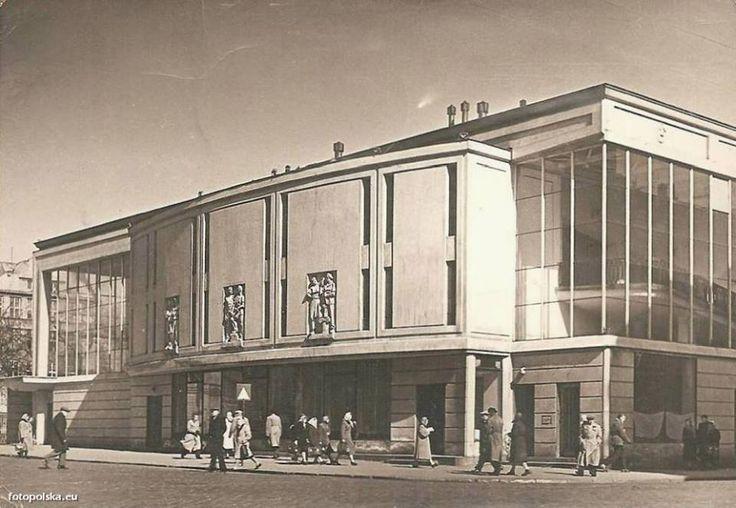 """Kino """"Praha"""" - pierwsze kino wybudowane w powojennej Warszawie, proj. Jan Bogusławski, Józef Jerzy Łowiński, 1948-1949. fot. fotopolska.eu"""