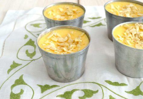 ΥΛΙΚΑ  70 γρ. ζάχαρη ξύσμα 2 λεμονιών 4 αυγά 50 γρ. πούδρα αμυγδάλου 250 ml γάλα 250 γρ. γιαούρτι στραγγιστό 60 ml χυμό λεμονιού 1 κ. σ. πάστα λεμόνι (προαιρετικό) λίγο φιλέ αμυγδάλου, για το γαρνίρισμα