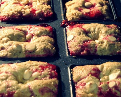 Low Fat Cranberry Oatmeal Bars - I'll try with applesauce instead of oil and these can be a good breakfast