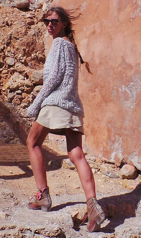 Grunge nunca miró Sexier! He tejido este de una mezcla de hilados de lujo de 52% Wool/42% Acrylic/6% Nylon, con un efecto de rizo grueso. lo que es extremadamente suave y muy ligero, todavía el alto contenido de lana es una prenda que ofrece calor en un día frío, fría mañana o tarde. La lana