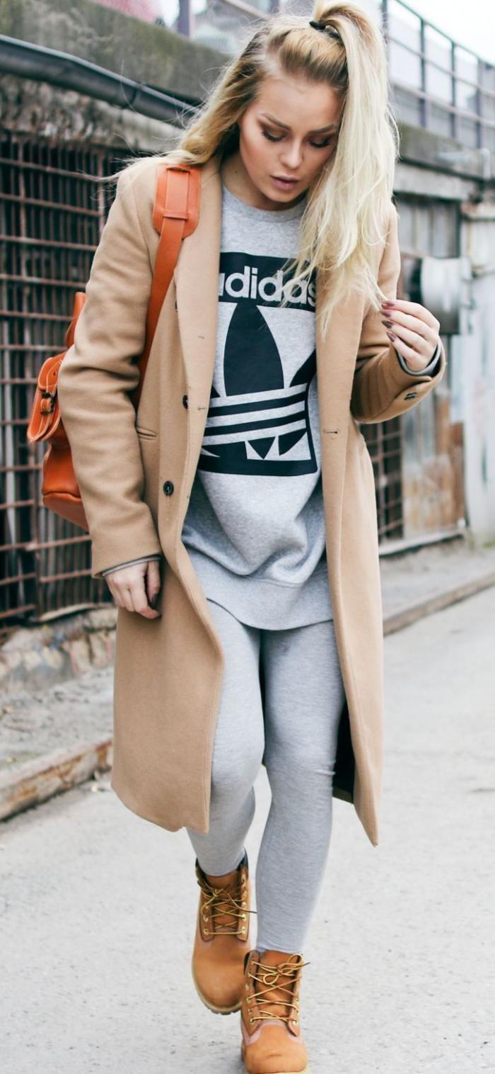 manteau camel, portée avec un outfit de sport gris
