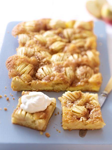 Frische Äpfel und eine knusprige Kruste aus Zucker - so mögen wir Apfelkuchen am Blech!