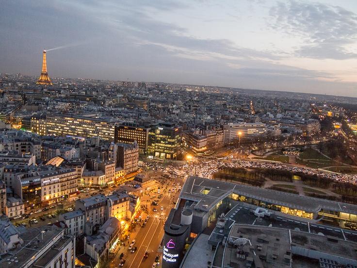 Pariisi. Näkymät hotellihuoneesta. Alla myös risteys, jossa liikenne ei ruuhka-aikaan toimi lainkaan!