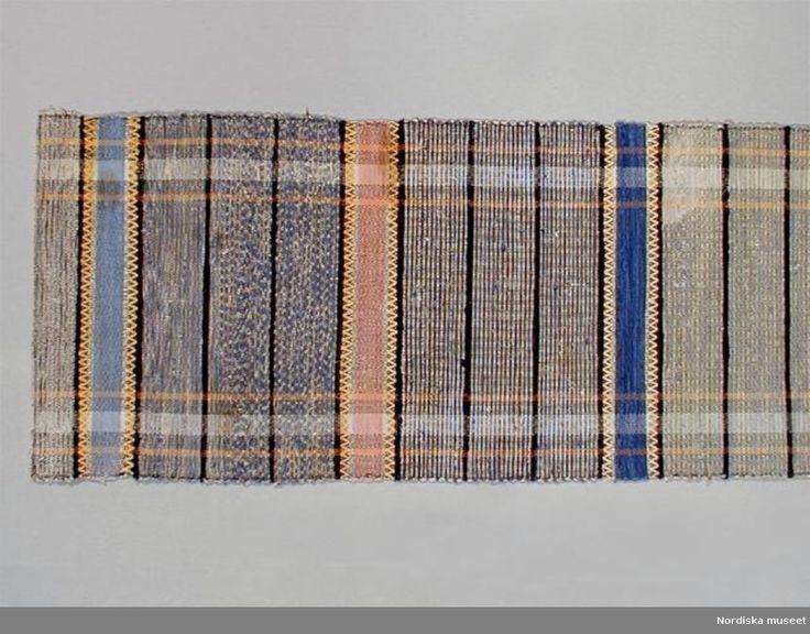 Trasväv.  Varp: Bomullsgarn, 4-tr (det oblekta), S-tvinnat, maskinspunnet, mörkgrått (urspr. svart?), oblekt och mörkgult, i partier, 60 tr/10 cm. Inslag: Enbart trasor, enkla, medelgrova - tunna. Nästan enbart bomull, något trikå, ylle och halvylle, en del färgat. Stad: 2 tr i solv och rör x 4. Kant: Smal fåll, den ena med mörkgrå varpgarnet, den andra med ullgarnsinslag i rosengång, därefter varpgarnet, maskinsöm. Bredd 57-58 cm, längd 170 cm, rapportens längd 42-44 cm.  Varpens färgränder…