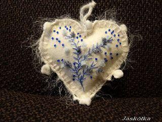 """""""Tchnienie mrozu""""- serce z białego filcu z haftem wstążeczkowym, zdobione koralikami. Wykończenie-włóczka fantazyjna"""