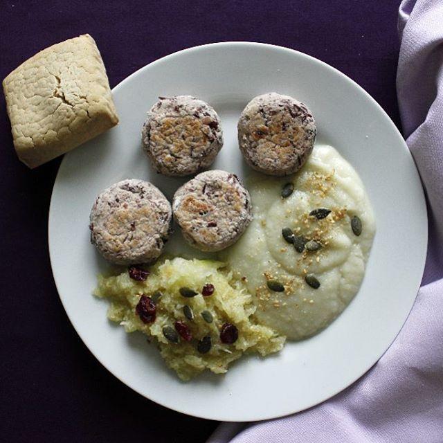 Doux repas pastel #vegan de ce midi : croquettes mauves de haricots rouges aux cranberries, mousseline blanche fenouil/flocons de riz, et salade de chou-rave râpé mariné à la sauce soja et au citron. Le tout parsemé de graines de courges, cranberries et gomasio. Avec un petit pain #sansgluten tout craquelé saveur quinoa-riz. #rainbowfood ♦ Pour les croquettes, j'ai tout simplement écrasé grossièrement des haricots rouges cuits (trempés toute une nuit, puis cuits pendant environ 1h), ajouté…