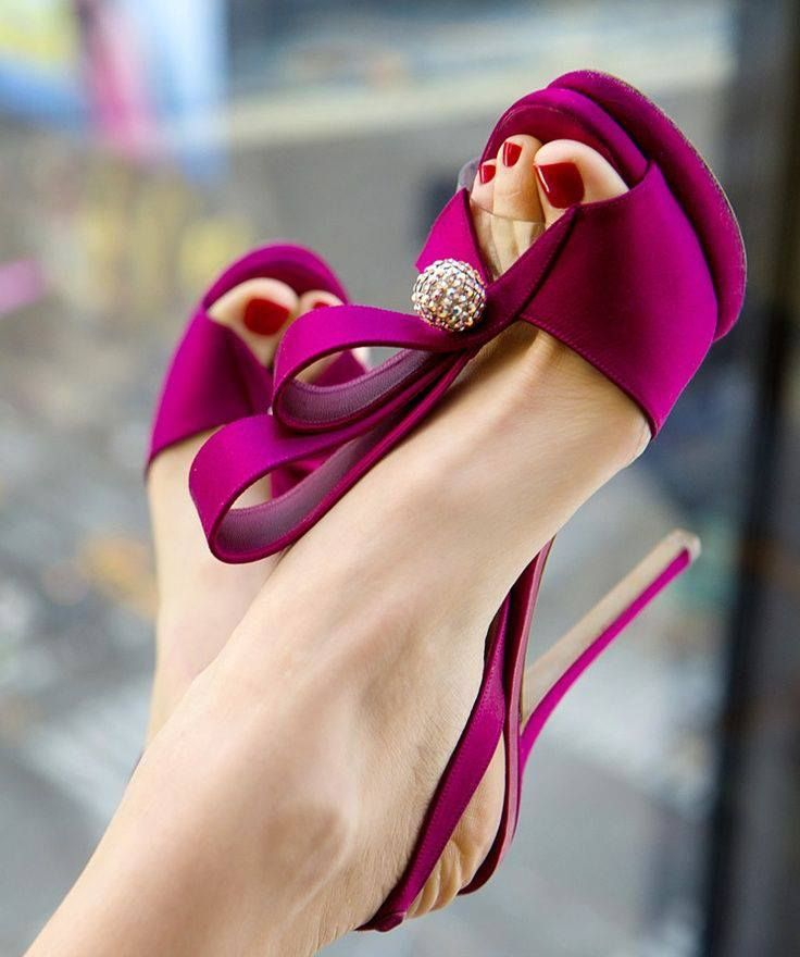 Love these fuchsia shoes - great accent color for a wedding.<3