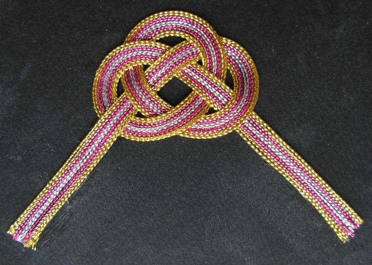 Mizuhiki Clamshell knot made with strands of thick cotton.