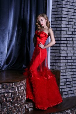 """Платье """"Coquette"""" Кокетливое красное атласное платье с баской, украшенной бантиком, идеально садится на фигуру и подчеркивает талию."""