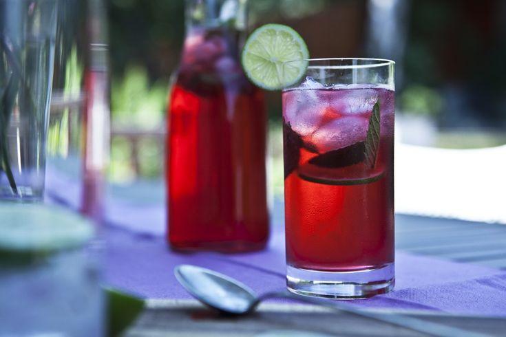 Inspirace na letní horké dny. Ibiškový čaj je velmi osvěžující, nakyslí a spolu s mátou tvoří velmi příjemnou chuť.
