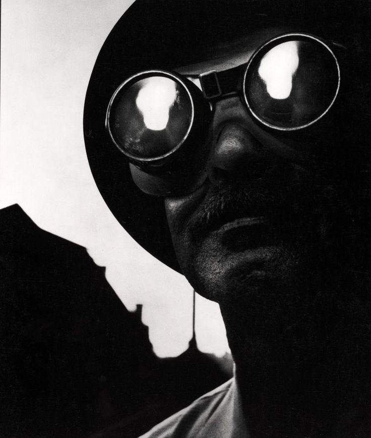 Steelworker with Goggles, 1955. (Ouvrier dans une acierie, avec lunettes protectrices, 1955). Photographie par W. Eugene Smith. Collection Center for Creative Photography, University of Arizona © The Heirs of W. Eugene Smith
