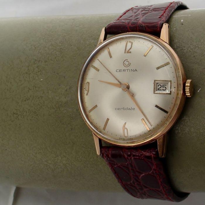 """CERTINA  Certidate  herenhorloge  jaren 60  Opvallende Certina dresswatch van /- 55 jaar oud. De rosé goldplated kast heeft een diam. van /- 34 mm.(zonder de kroon) Kast heeft de normale draagsporen voor een horloge van deze leeftijd. Wijzerplaat is zijde-zilver en verkeert in mooie staat met opgelegde gouden markers/cijferslogo en wijzers.De extreem bolle wijzerplaat is lastig te fotograferen en veroorzaakt veel weerschijn.Tussen de 9 en de 10 een miniem krasje. Het originele """"Certina""""…"""