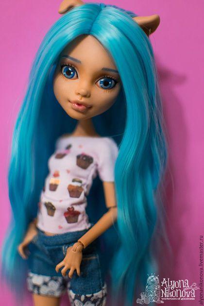Купить или заказать ООАК Хоулин, Monster High в интернет-магазине на Ярмарке Мастеров. Милая Хоулиша с голубыми волосами. И бездонными синими глазами. ООАК Хоулин, Monster High. Личико: акварельные карандаши, акриловая краска, покрыто матовым лаком, глаза и губы - глянцевым. Волосы: прошивка всей головы трессами голубого цвета. Аутфит: светло-розовая футболочка с принтом (кексики), джинсовые шортики, голубые кеды (можно поменять на розовые).